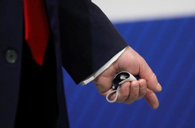 川普總統於5月21日參訪密西根福特汽車廠時,他坦承戴口罩,但不想被媒體拍到;這是他唯一被戴口罩曝光的畫面。(路透)