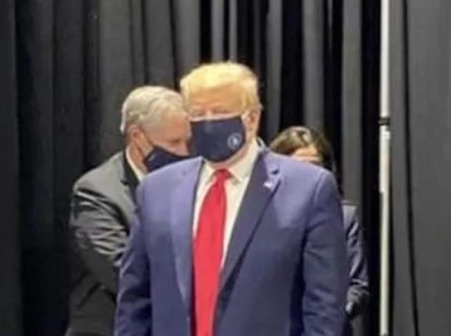 川普總統於5月21日參訪密西根福特汽車廠時,他坦承戴口罩,但不想被媒體拍到;這是他唯一被戴口罩曝光的畫面。(截自網路影片畫面)