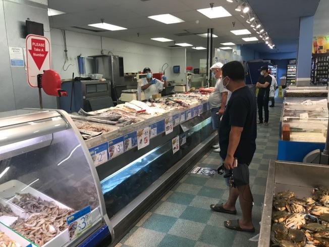因疫情紐約地區波士頓龍蝦降價,但聖蓋博谷華洋超市龍蝦價格目前仍維持較高價位。(記者楊青/攝影)