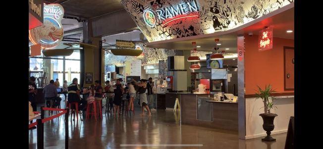 河濱市中心美食街內的用餐民眾,許多並未保持社交距離。(記者啟鉻/攝影)
