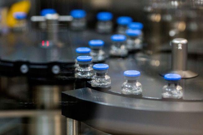 新冠病毒疾病試驗用藥瑞德西韋,在吉利德位於加州La Verne藥廠的生產線上封裝。( 路透)