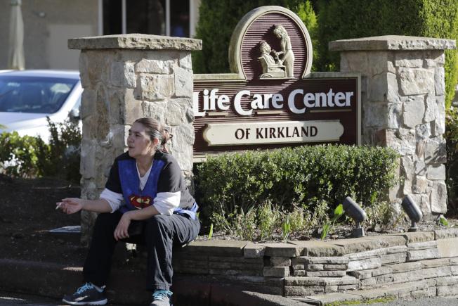 根據統計美國這次新冠疫情,以老人年死亡人數最多,成為新冠高危族群。圖為今年2月最先傳出新冠病情的華盛頓州靠近西雅圖市的柯克蘭老人院,當時眾多老人住戶集體感染新冠病毒而死。(美聯社)