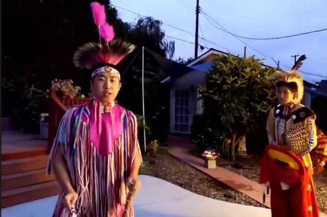 「大熊湖在我家」開營典儀中,由洪洛威及洪靖傑表演印地安舞。(南加州中文學校聯合會提供)
