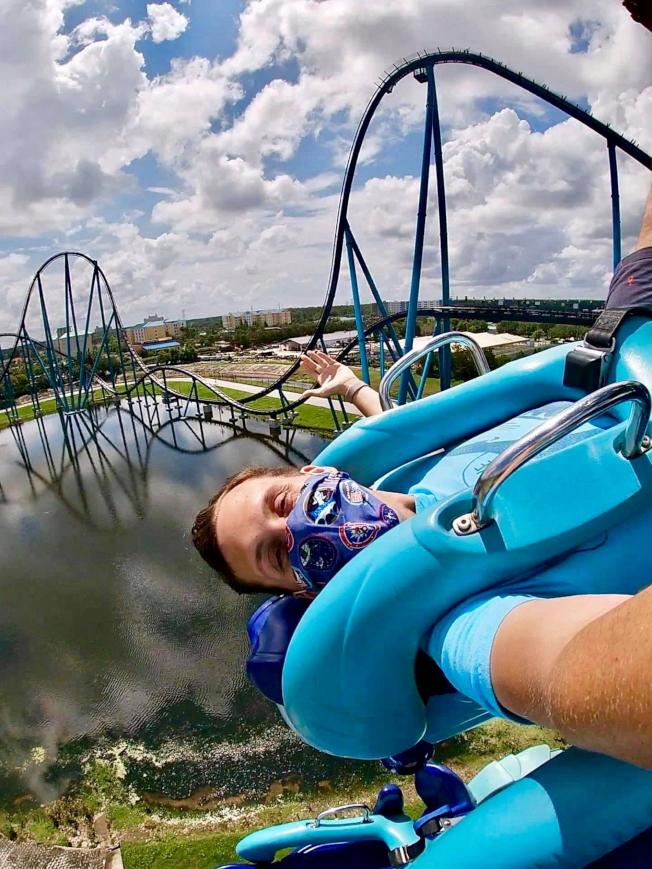 奧蘭多海洋世界乘坐雲霄飛車須戴口罩。(取自臉書官網)