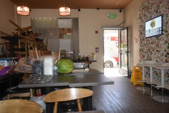 因不能經營堂食,「地鐵站」奶茶店的桌椅只能收起來,MUNI公車就在門口經過,狹窄的空間讓「戶外用餐」變得不現實。(記者黃少華/攝影)