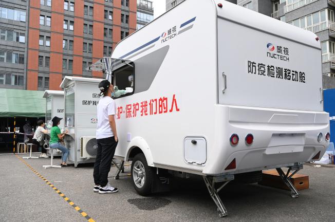 美媒報導,美國政府點名中國最大安檢設備製造商同方威視,對西方國家構成威脅。圖為同方威視公司生產的防疫檢測移動艙。(中新社)