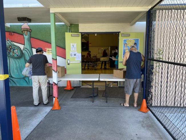 疫情以來,很多學區推出免費餐計畫。佛利蒙市府與佛利蒙聯合學區發現,學區餐的發放對象僅兒童與青少年,但還是有一些社區人士面臨食物不足的窘境。(記者李榮/攝影)