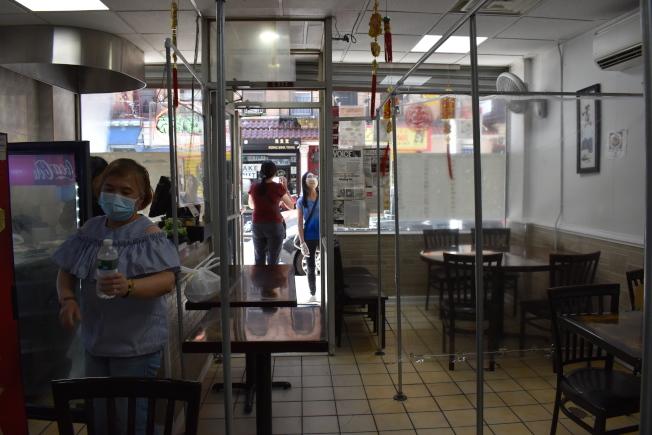 上海綠波廊日前開始在餐桌之間設置架子,以塑膠布隔間,為未來開放堂吃做準備。(記者顏嘉瑩/攝影)