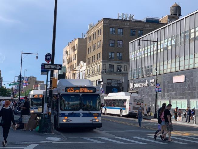 法拉盛緬街設公車專用道,擬禁私家車運行。(記者賴蕙榆/攝影)