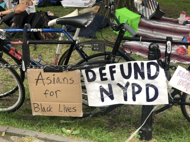 反警暴示威者占領市政廳旁公園,要求市府削減市警經費。(記者張晨/攝影)