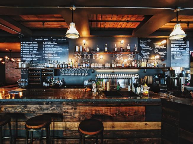 德州州長又下令酒吧再度關門,業主向法院控告州政府侵犯業者權利。(Unsplash網頁)
