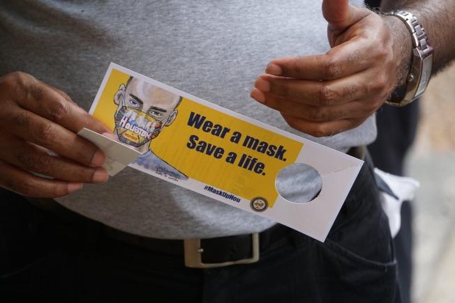 新冠疫情惡化,休士頓市長特納疾呼民眾戴口罩。(市長特納臉書)