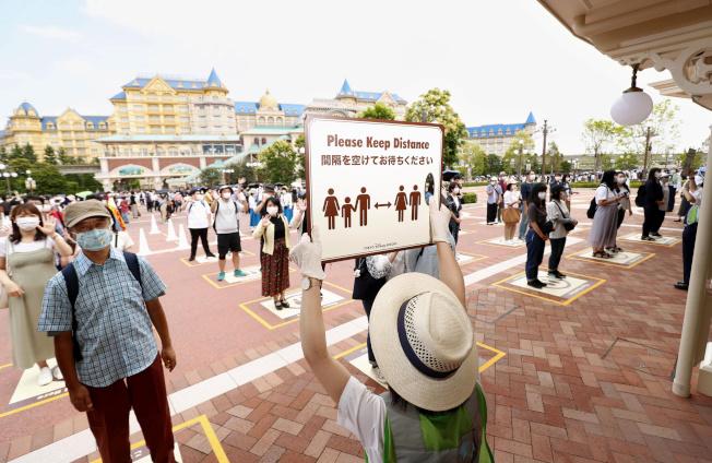 日本東京迪士尼樂園將於7月1日採限制人數方式重新開園。園方籲請遊客屆時戴口罩、保持社交距離,及儘可能勿大聲喊叫。(路透)