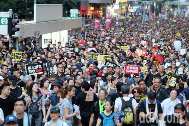 去年香港民間人權陣線發起「七一大遊行」,主要訴求「撤回惡法,林鄭下台」,吸引大批民眾上街響應。(本報資料照片)