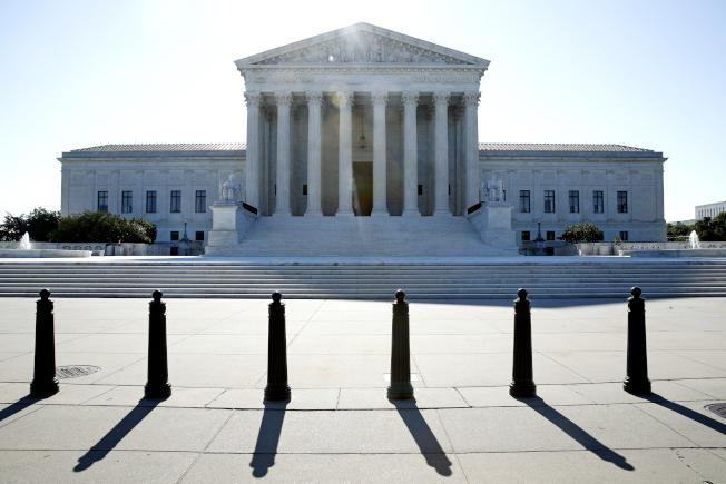 最高法院29日上午裁定,允許川普政府恢復執行死刑,長達17年的聯邦「死刑空窗期」,即將畫下句點。(美聯社)