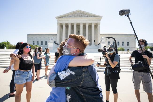 聯邦高院29日的裁定,讓支持墮胎權人士感到意外。圖為維護墮胎權人士29日在華府高院前互擁表示祝賀加油。(Getty Images)