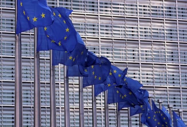 歐盟旗在比利時布魯塞爾歐盟執委會總部外飄揚。(路透)