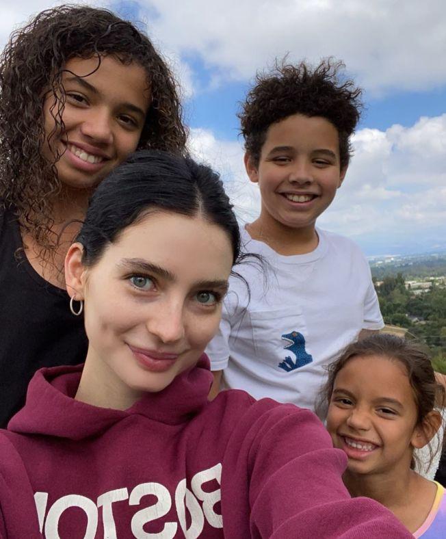 梅朵沃克(前左)視3位迪索家的孩子們如手足。圖/摘自Instagram