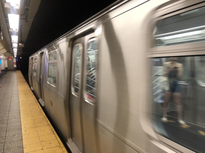 交通維權組織稱應提高捷運服務而非加強警力監管。(記者張晨/攝影)