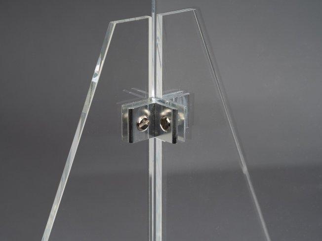 華埠塑膠公司的防飛沫隔板強調支撐力、穩定度強,且容易組裝。(取自華埠塑膠公司網站)