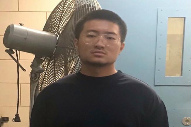 張凱雄持有非法煙火被捕。(市消防局提供)