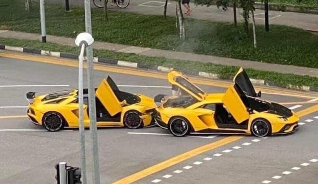 兩輛黃色大牛罕見同框,卻是發生追撞車禍。摘自SG Road Vigilante