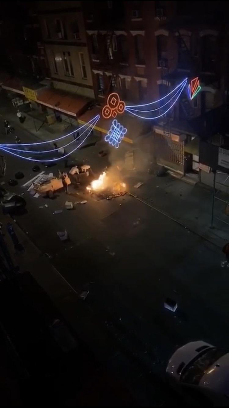 示威者在華埠街頭焚燒垃圾。(截自網路影片)
