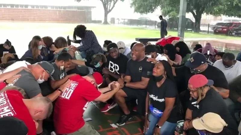 美國白人警察執法過當,導致非裔男子佛洛伊德死亡。在佛洛伊德老家、德州休士頓,非裔與白人一起單膝跪地、團結祈禱。取材自臉書