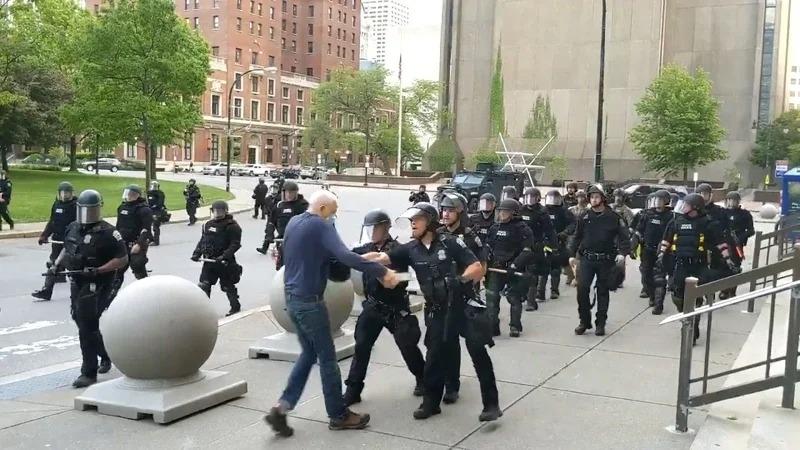 美國紐約州水牛城4日宵禁生效後,警察在市政府正前方廣場執行全面清場,卻用力推倒一位75歲的示威者,導致他的後腦勺直接撞擊地面。取材自推特