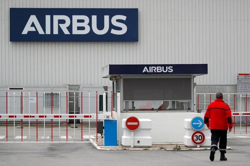 空中巴士料將於周二收盤後宣布揮刀重組,圖為該公司位於法國南特布格奈製造工廠的入口處。路透