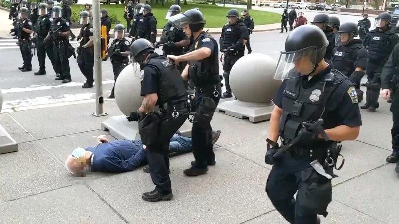 美國紐約州水牛城4日發生警察疑似執法不當,將1名75歲的示威者推倒在地。導致後腦勺直接撞擊地面,當場從耳朵流出鮮血,整個過程都被在場媒體記者拍下。取材自推特
