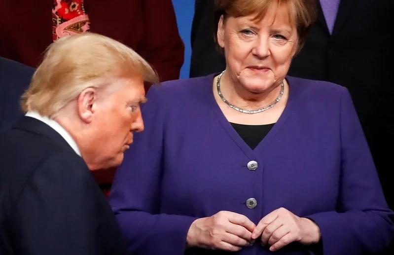 德美關係近來急速惡化,圖為去年底北約峰會成員國領袖準備合照時,德國總理梅克爾看著川普從眼前走過畫面。Getty Images