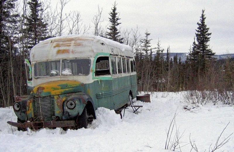 位於美國阿拉斯加州史坦比德步道的「神奇公車」,攝於2006年3月。這輛廢棄公車因暢銷書「阿拉斯加之死」聲名大噪,但最近城鎮位於50公里外,還必須過河才能抵達,當局決定把廢棄公車遷走,以免民眾繼續涉險前來朝聖。美聯社