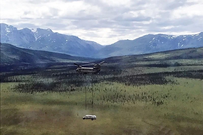 正被美國阿拉斯加州國民兵部隊CH-47契努克直升機吊掛空運的「神奇公車」。每年都有「阿拉斯加之死」粉絲想到「神奇公車」朝聖,卻因此鬧出人命,當局則在2009至2017年間發動15次搜救行動。路透
