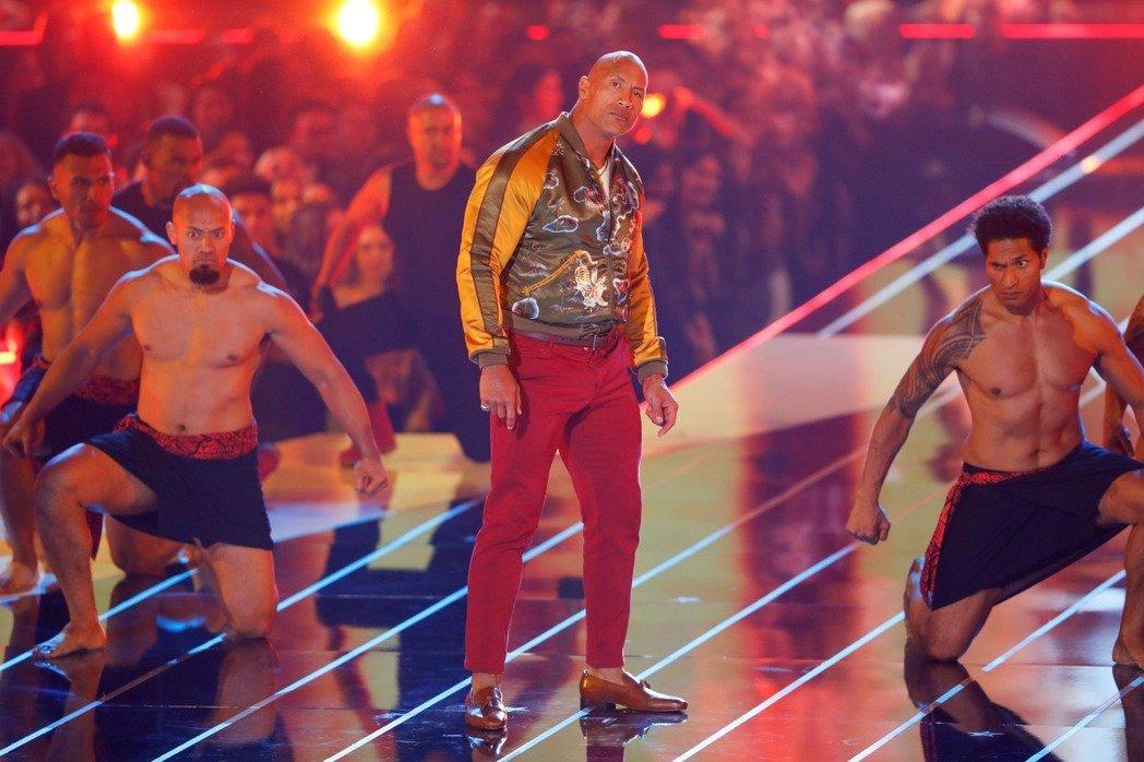 巨石強森(中)與一堆猛男在MTV電影獎頒獎典禮合作演出,今年因防疫,典禮上應該不會出現類似畫面。路透資料照片
