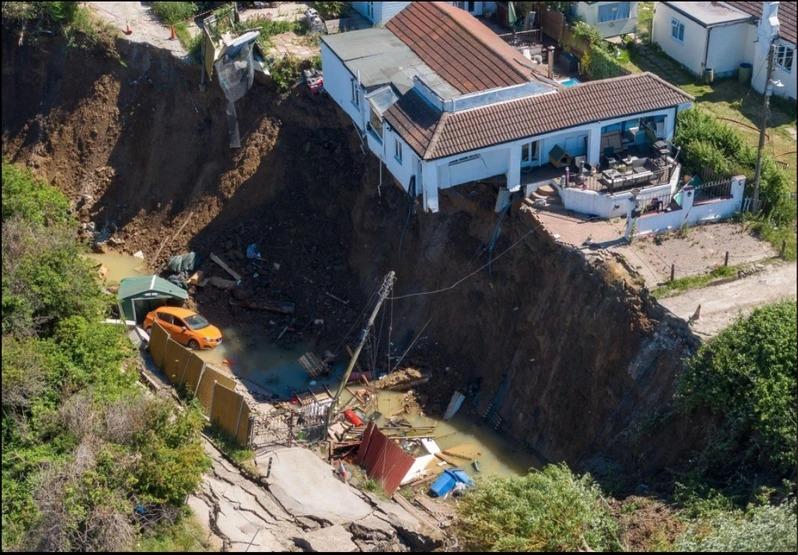 因為海岸侵蝕,英國這棟房屋的地基遭掏空將近一半,整棟房屋有一半懸浮在空中。取材自The Sun