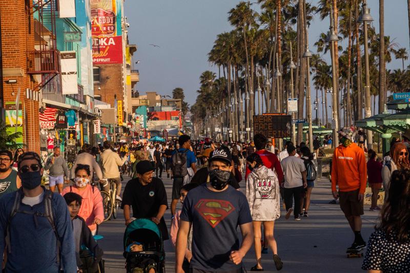 圖為國殤日長假期,許多民眾前往威尼斯海灘。Getty Images