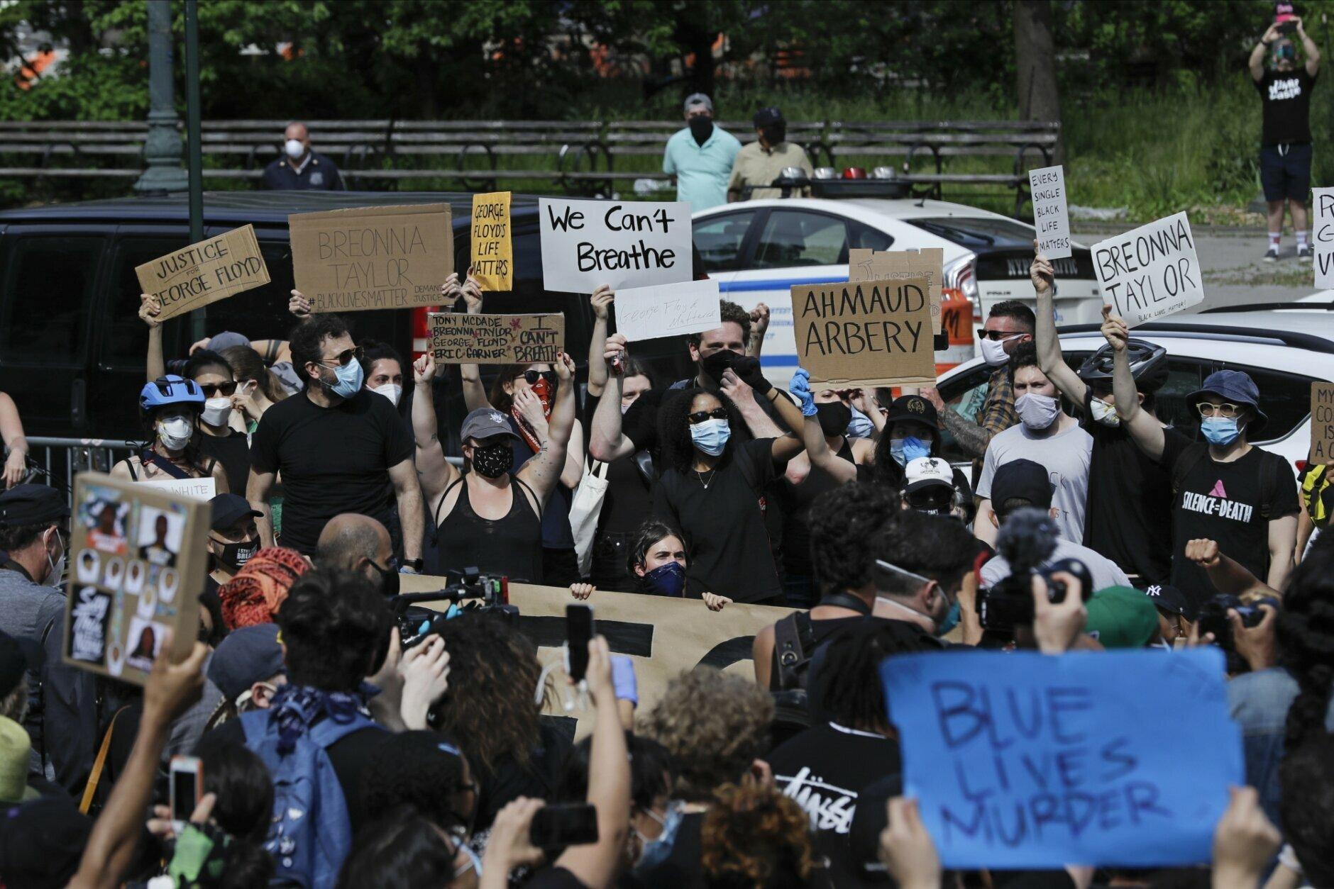 紐約州長葛謨憂心示威有可能加劇疫情反彈,讓先前的防疫成就功虧一簣。(美聯社)