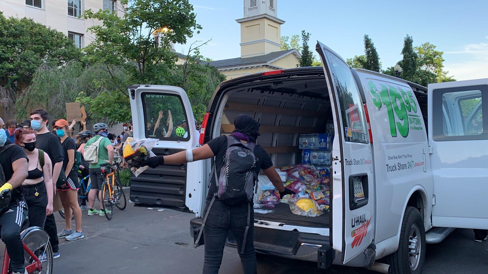 民眾駕一輛U-Hall進入拉法葉公園附近的抗議區域,發放物資給示威民眾。(記者張筠/攝影)