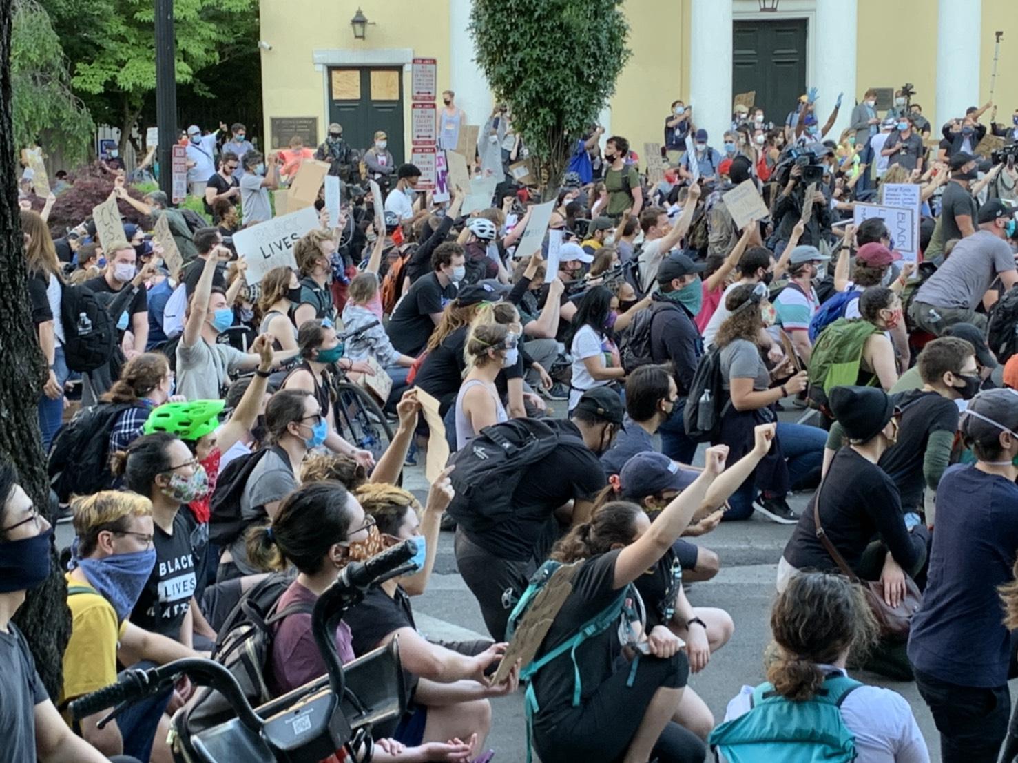 華府民眾2日持續聚集在白宮附近示威。(記者張筠/攝影)