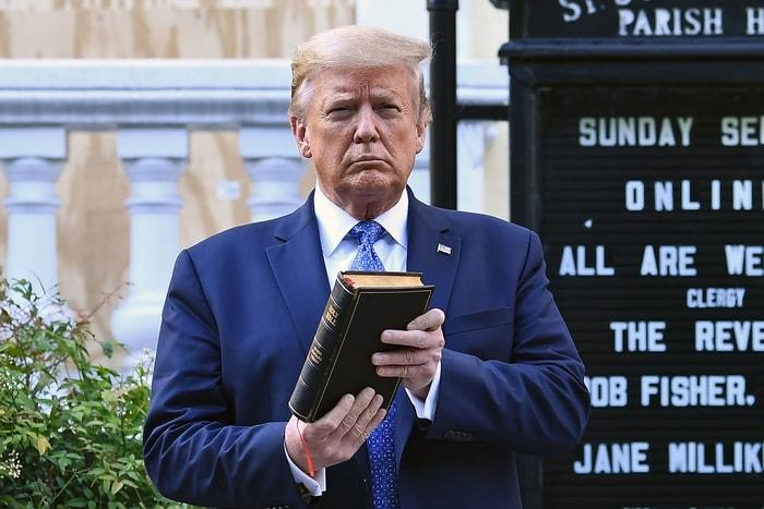 川普總統在白宮發表全國演講後到附近拉法葉公園,探視日前遭示威者縱火焚燒的200年歷史古蹟聖約翰教會。圖為川普手持聖經在教會外祈禱。(Getty Images)