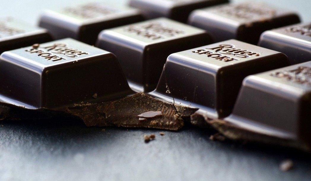 富含黃烷醇的黑巧克力,可放鬆血管、促進血液流動,進而降低血壓。(取材自pixabay)