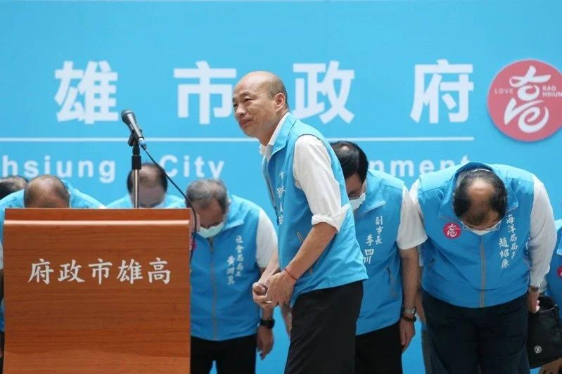 罷免案確定通過,韓的政治生命暫時畫下句點,傍晚5點20分,韓國瑜率一級主管在四維行政中心發表「三個遺憾、兩個感謝、一個祝福」。記者林澔一/攝影