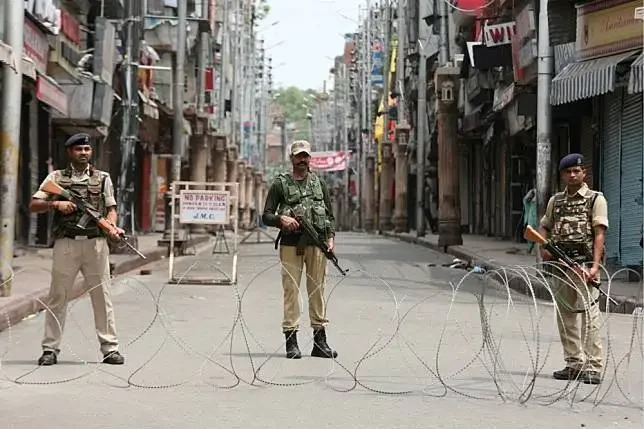 中印部隊在邊境發生衝突與對峙,引發印度民間反中情緒。圖為印度軍方正在喀什米爾首府街頭巡邏。 (路透)