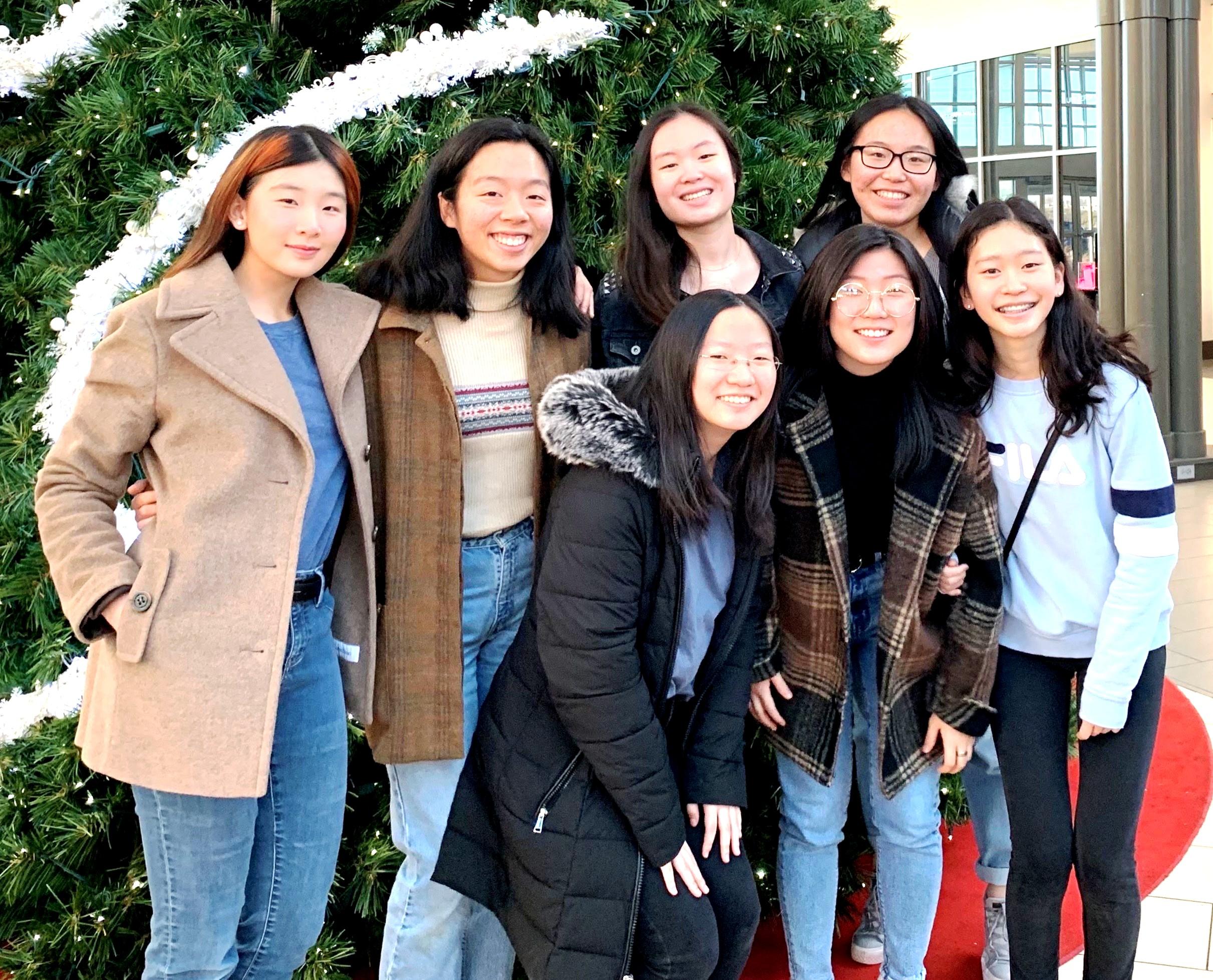 在白人社區長大的王彬怡(後排左二),一直以來都是團體中少數的亞裔,直到搬到印第安納州,才開始交到一小群亞裔朋友。(王彬怡/提供)