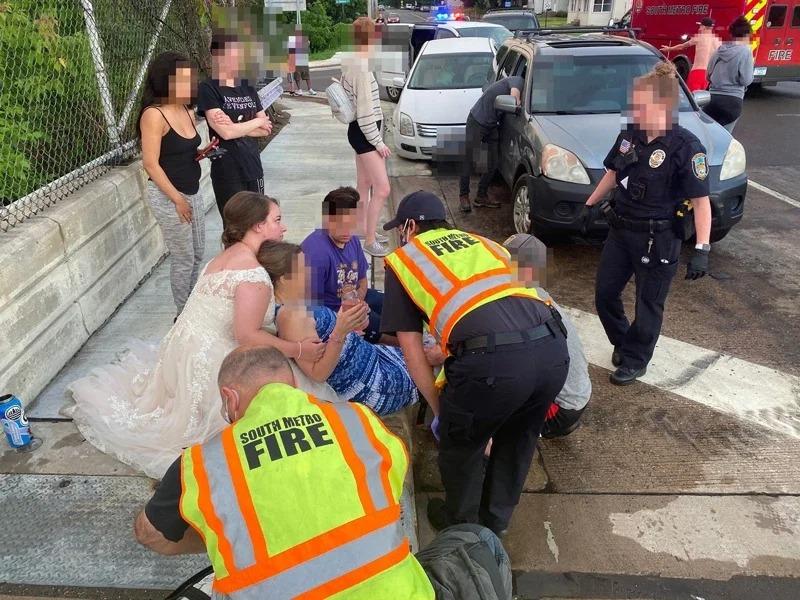 22歲的瑞秋不顧身上還穿著婚紗,趕緊衝到車禍現場救人。取材自臉書