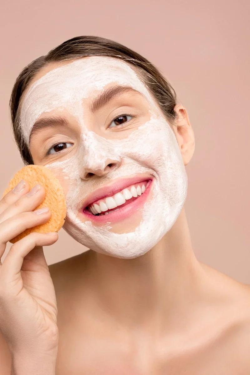 將臉洗乾淨後可以用一次性的臉巾擦拭,才不會讓滋生在毛巾上的細菌,感染肌膚。取材自 pexels