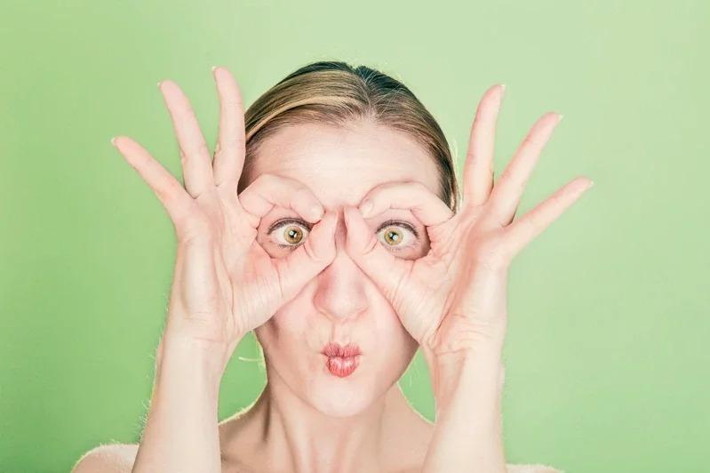 眼部皺紋是最容易察覺的部位,也是顯老的首要位置。取材自 pexels