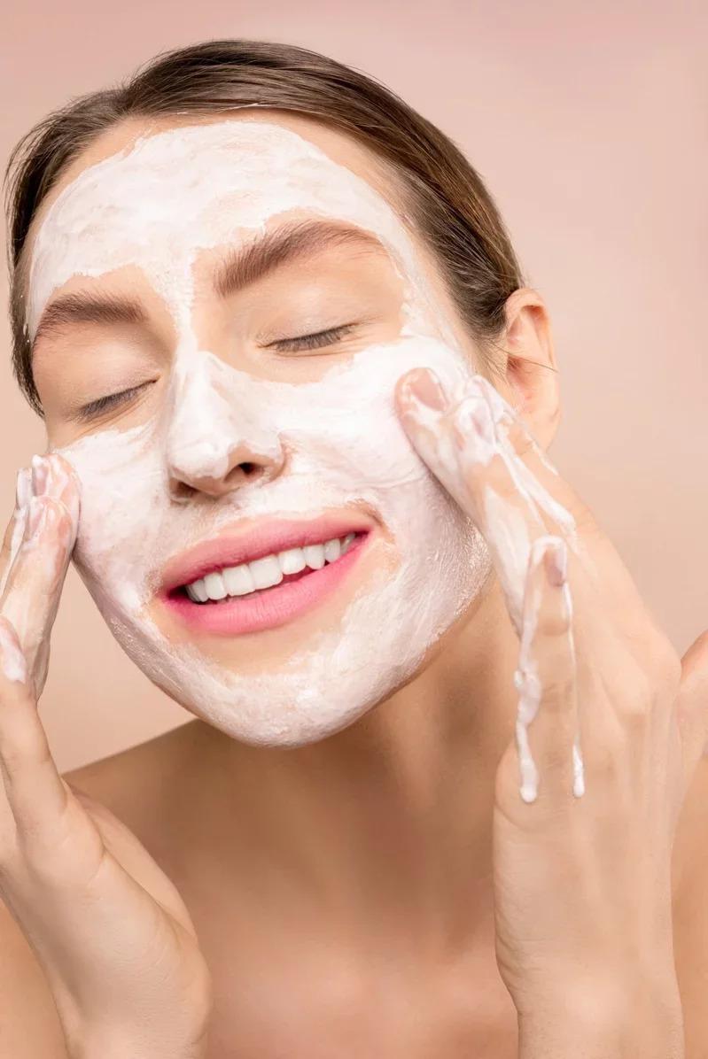 洗臉時,別過度用力地搓揉,造成臉部肌膚受傷。取材自 pexels