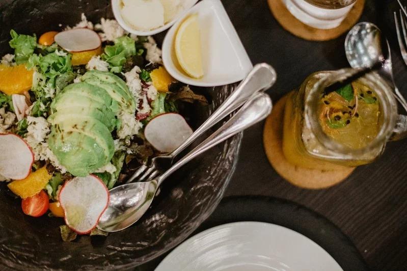 晚餐如果攝取的多,就不要直接倒在沙發上,讓下半身的脂肪堆積更嚴重。取材自 pexels